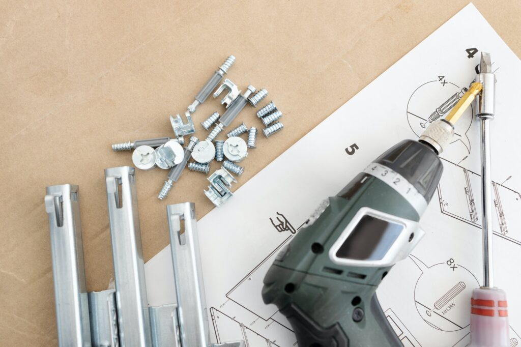 Cordless screwdriver, drawer sliders, screws and accessories